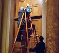 Un-trabajador-coloca-una-cruz-de-oro-en-la-Puerta-Santa-del-santuario-nacional-en-Washington_01-3