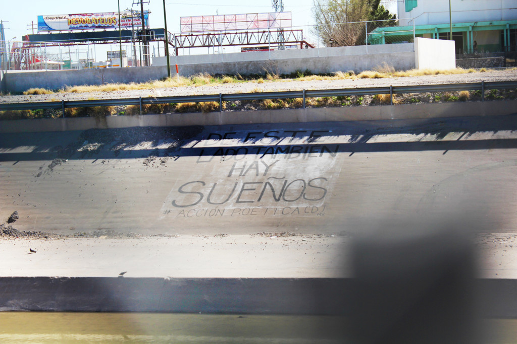 Mensaje en el dique, lado Ciudad Juarez, Mexico por la valla en El Paso