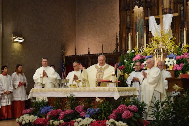 El Obispo ora con víctimas de abuso sexual