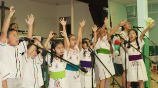 Durante el retiro, niños de Estrellas de María cantan para su comunidad. (Foto: Natasha Bisbal)