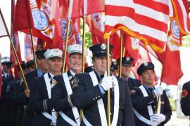 Los bomberos, en traje de gala, enarbolaron 23 banderas que representaban a sus 23 compañeros caídos. Foto: Jorge I Domínguez-López