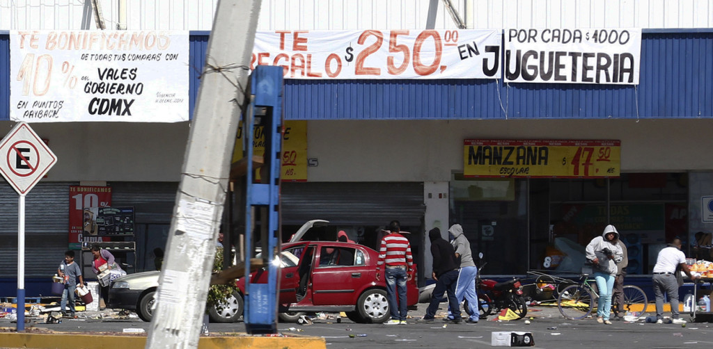 People are seen looting stores in Actopan, Mexico, during a Jan. 4 protest against increasing gas prices. Mexican bishops are calling for calm after an increasing number of protests over high gas prices. (CNS photo/Ulises Naranjo, EPA) See MEXICO-GAS-PROTESTS-BISHOPS Jan. 9, 2017.