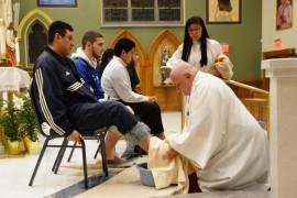 El padre Raymond Roden lava los pies de doce fieles durante la misa del Jueves Santo en la parroquia de Nuestra Señora de los Dolores en Corona, Queens. Foto: Jorge I. Domínguez-López