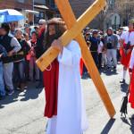 Miles de fieles asistieron a la procesión del Viernes Santo en la parroquia de Nuestra Señora de los Dolores en Corona, Queens.  Foto: Jorge I. Domínguez-López