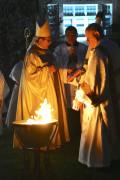 Monseñor Octavio Cisneros, obispo auxiliar de Brooklyn y vicario de Asuntos Hispanos, presidió la Vigilia Pascual en la noche del Sábado Santo en la parroquia del Santo Niño Jesús en Richmond Hill, Queens.  Foto: Jorge I. Domínguez-López