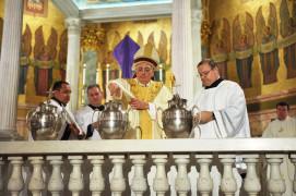 Monseñor Nicholas DiMarzio, obispo de Brooklyn, presidió la Misa Crismal en 11 de abril, Martes Santo, en la Concatedral de St. Joseph, Brooklyn. Foto: Ed Wikinson