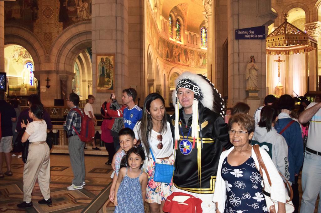 Representantes de las naciones indígenas en la Basílica de Santa Ana de Beaupré.