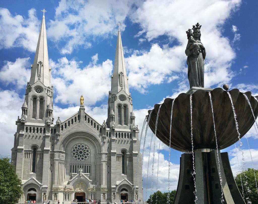 La Basílica de Santa Ana de Beaupré recibe más de medio millón dee peregrinos cada año.