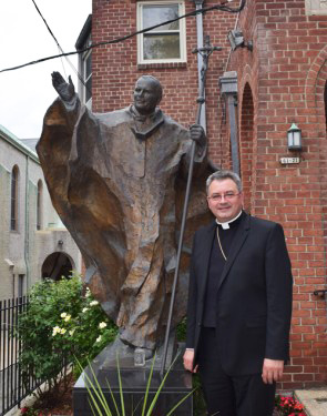 El padre Sean Suckiel acompañó a los jóvenes que asistieron al Proyecto Jeremías en Douglaston.