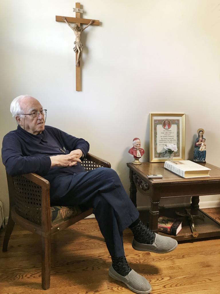 El padre Pablo Sans sigue siendo una persona activa, celebra misas en la parroquia y tiene planeado dos viajes internacionales a Honduras y España.