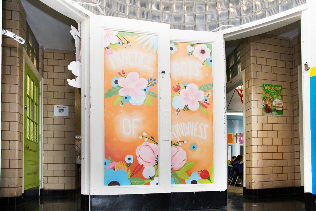 Las paredes están adornadas con murales de llamativos colores y mensajes educativos.