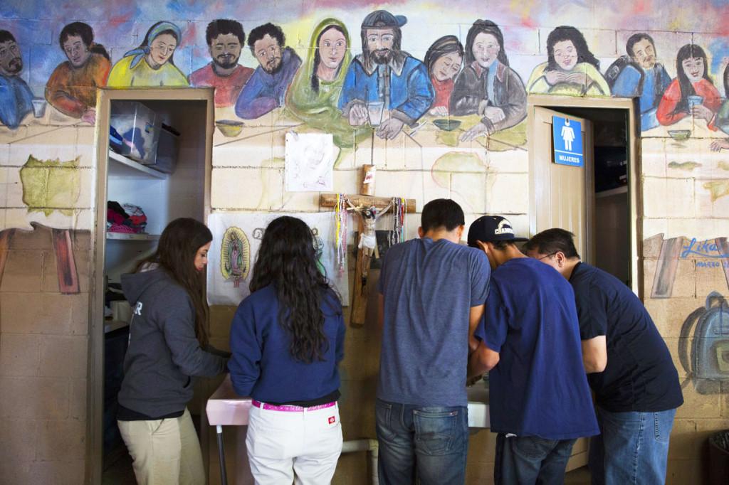 Foto: catholic News Service. Jóvenes voluntarios se lavan las manos antes de servir la cena en el Centro de Atención al Migrante Deportado en Nogales, Estados de Sonora, México.