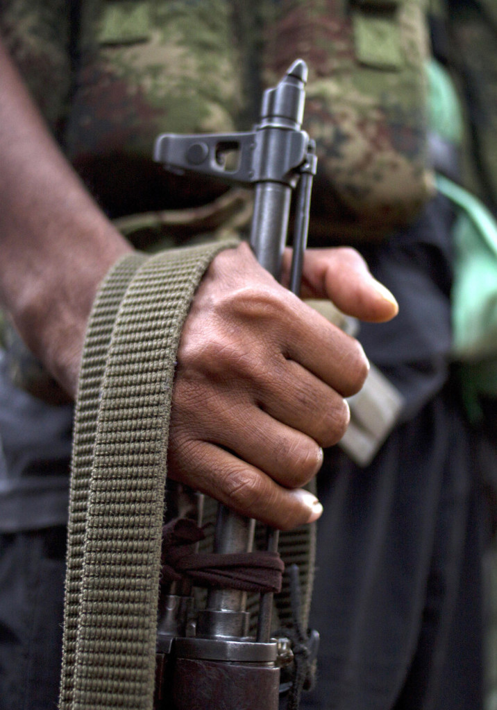 Un rebelde de las FARC con su rifle en la mano en un campamento de Conejo, Colombia.