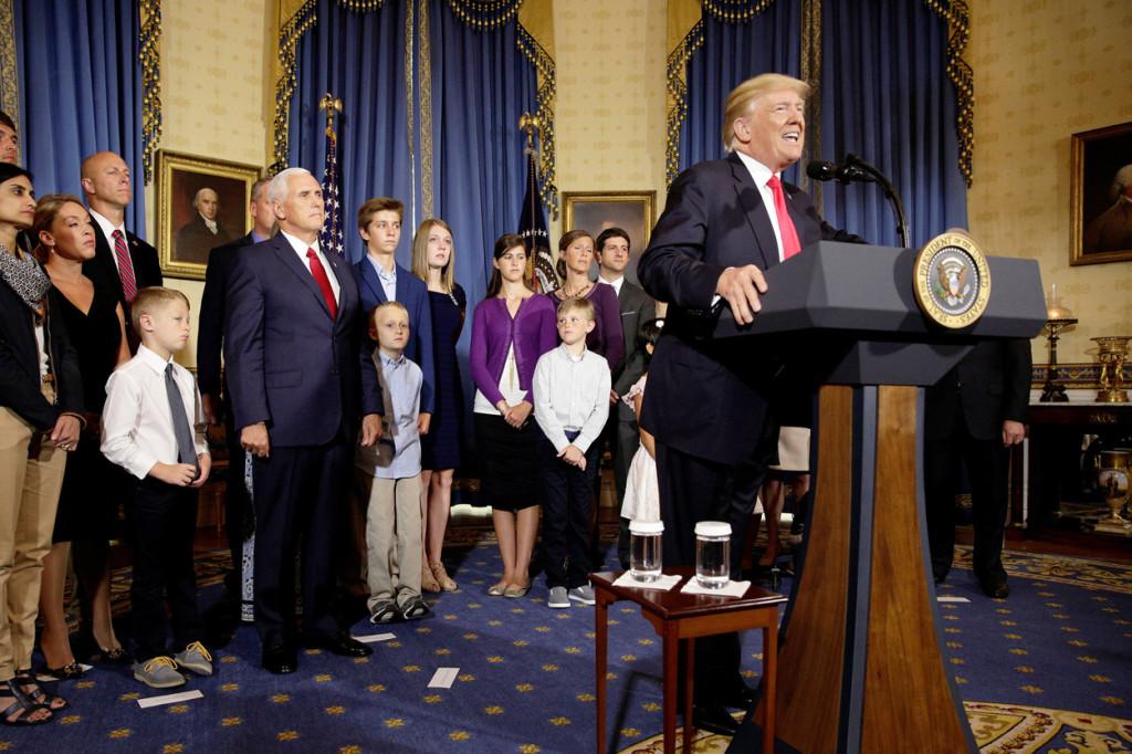 Fotos: Catholic News Service. El presidente Donald Trump habla sobre la reforma del sistema de salud en el Salón Azul de la Casa Blanca el 24 de julio.
