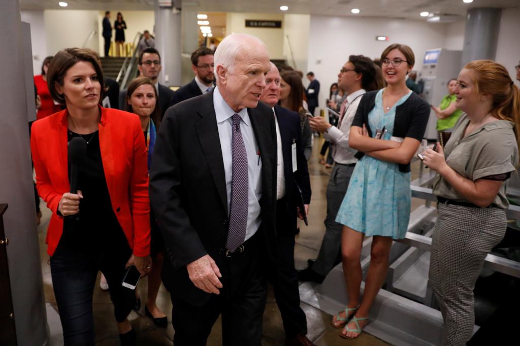 Sen. John McCain conversó con la prensa poco antes del voto sobre el sistema de salud en el Capitolio de Washington el 27 de julio.