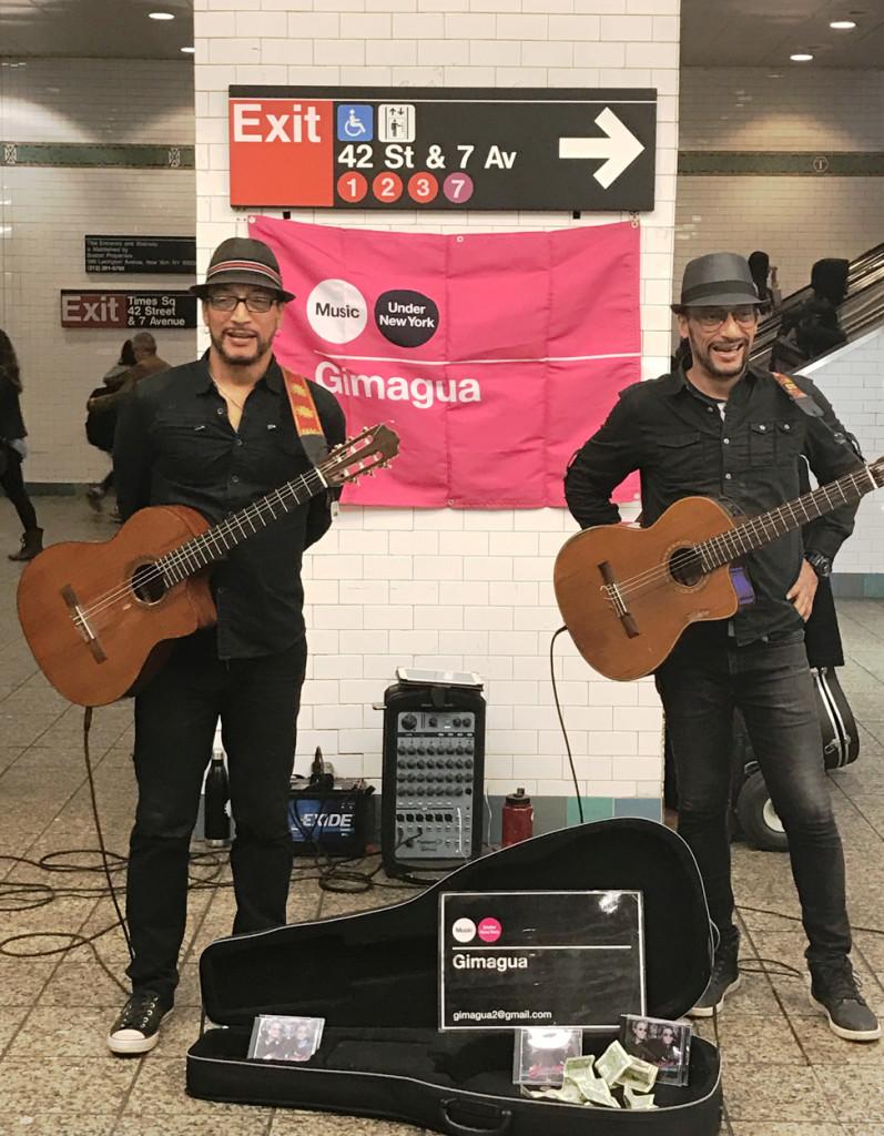 """Los hermanos Gabriel y Guillermo Ariza conforman """"Gimagua"""", un dúo musical que ha deleitado a turistas y residentes de nueva york en estaciones como Penn Station, Times Square y Columbus Circle"""