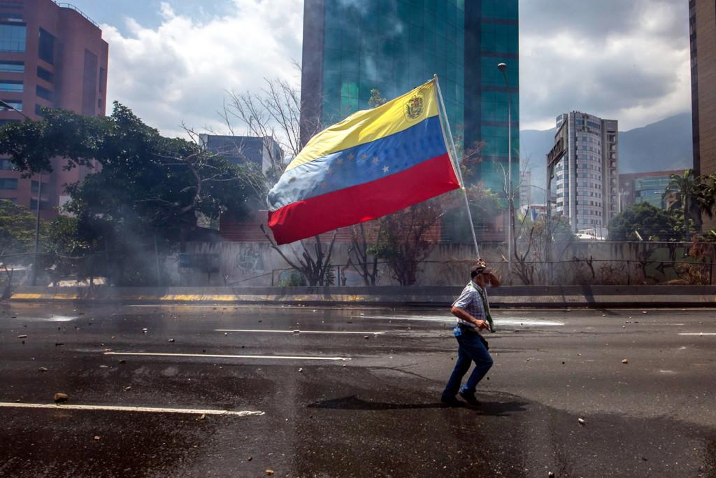 Un manifestante porta la bandera de Venezuela en Caracas, el 26 de abril. (Foto CNS / Miguel Gutiérrez, EPA).