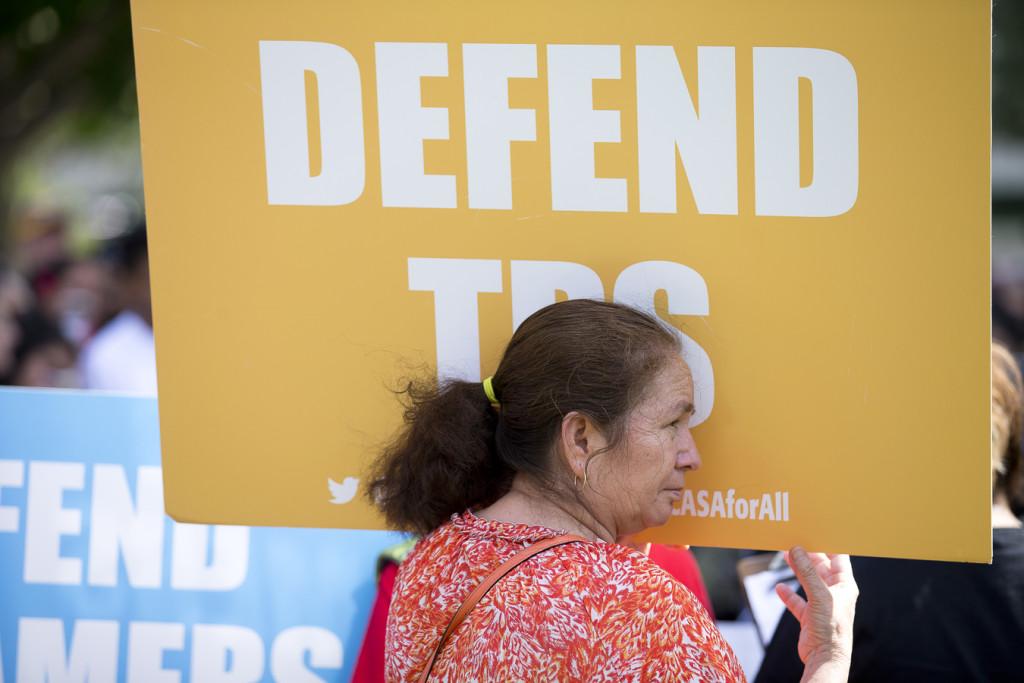 Una mujer muestra su apoyo a la ley TPS en una manifestación cerca del Capitolio en Washington.