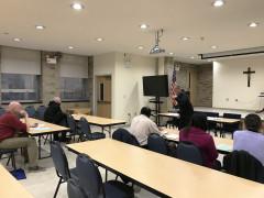 El diácono John Warren les explicó a los asistentes los pasos a seguir para ingresar al programa de preparación para el diaconado.