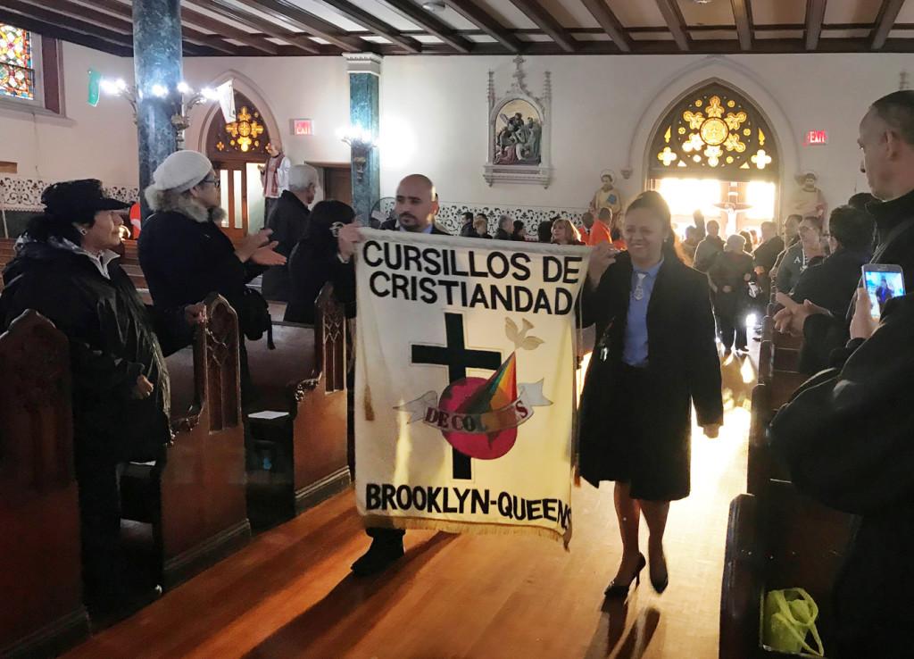 El estandarte de la Diócesis de Brooklyn y Queens cerró este desfile.