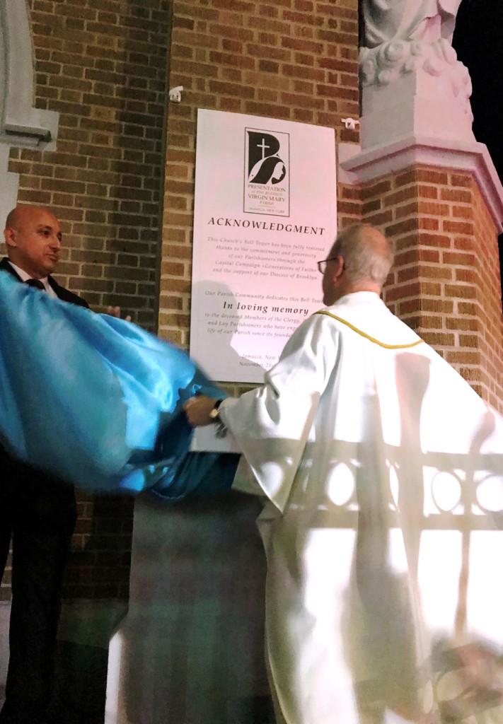 Mons. Thomas Pettei, vicario territorial de Queens, develó la placa conmemorativa.