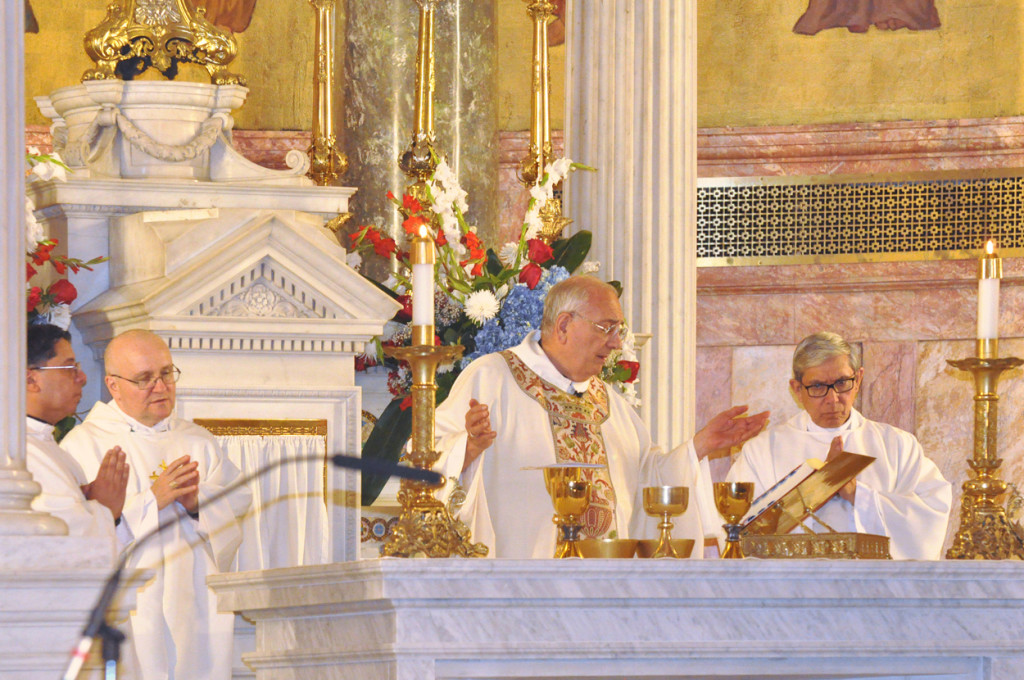 Monseñor Nicholas DiMarzio, obispo de Brooklyn, ofreció la misa de solidaridad con Puerto Rico en la Concatedral de San José acompañado por los obispos auxiliares de Brooklyn monseñor Octavio Cisneros (a su izquierda) y monseñor James Massa (a su derecha), el padre Frederick Cintrón (extremo derecho), director del Ministerio Puertorriqueño de la Diócesis, y otros sacerdotes. (Foto: Ed Wilkinson, The Tablet)