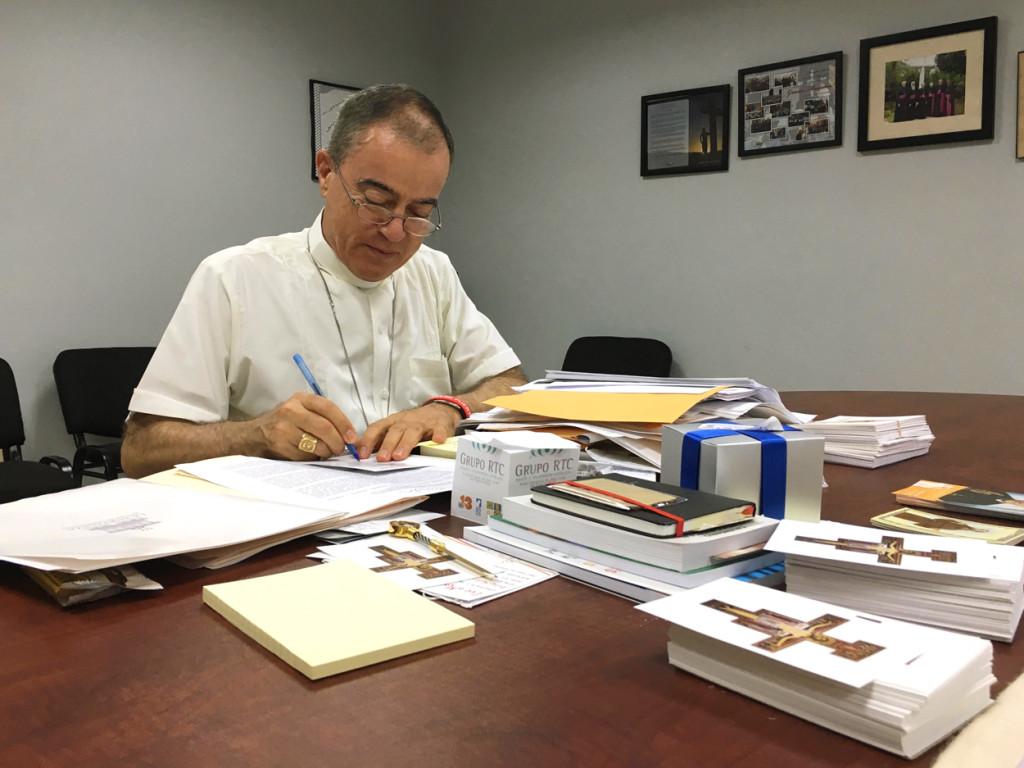 """Monseñor Roberto González, arzobispo de San Juan: """"La Iglesia tiene una misión fundamental: alimentar el alma de la persona humana""""."""