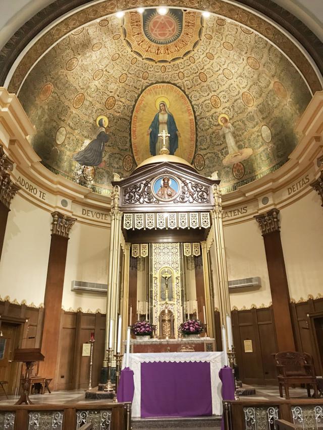 """En la cúpula del altar se encuentra una pintura de Nuestra Señora de la Medalla Milagrosa. """"Oh, María, sin pecado concebida, rogad por nosotros que recurrimos a vos""""."""