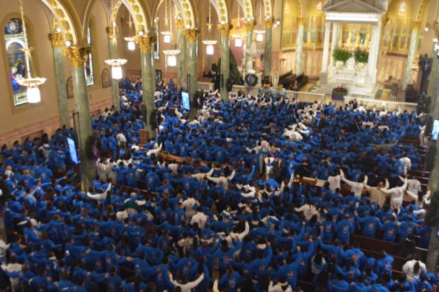 Los participantes vestían chándales azules o blancos con la imagen de la Virgen.