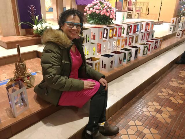 Karla Flores Albor fue la artista que lideró los talleres para la elaboración de los cientos de faroles que iluminaron el tradicional Día de las Velitas en esta parroquia de Jackson Heights.