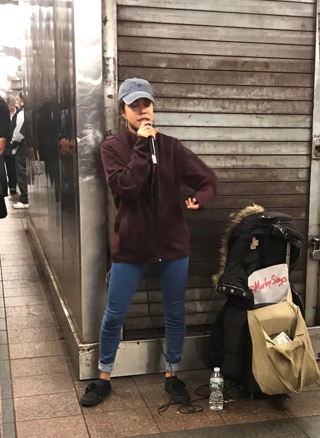 Puedes ser testigo del talento de Marlenis (o Marley Sings, su nombre artístico) en la estación de Grand Central.