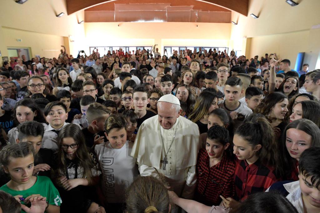 El papa sorprende a estudiantes en 'viernes de misericordia'