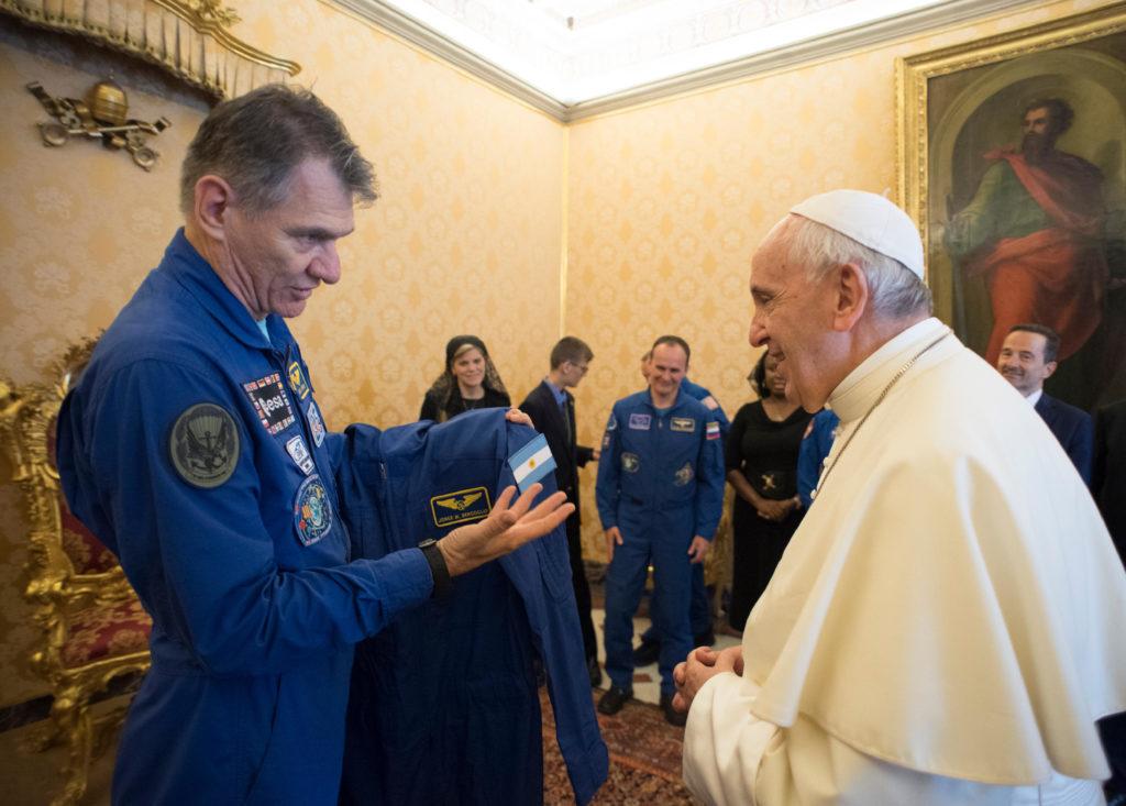 Regalan traje de astronauta al Papa Francisco