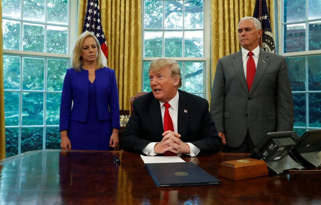 Trump firma orden ejecutiva para detener separación familiar