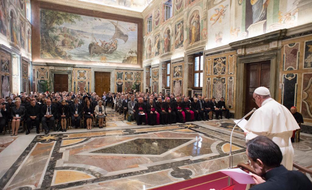 Papa Francisco: Apoyen la vida, eviten 'trabajo sucio de la muerte'