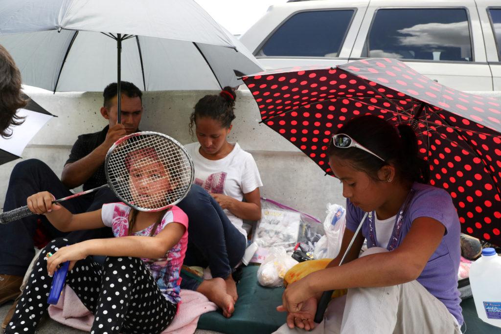 Cientos de personas ofrecen hogar temporal para niños detenidos