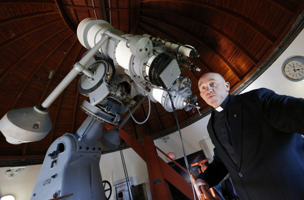 """Historias de la """"NASA"""" Vaticana: el mando de la Playstation y las 4 religiosas que contaron estrellas"""