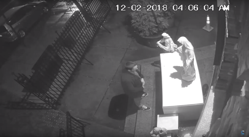 Vandalizan estatuas en iglesia de Williamsburg