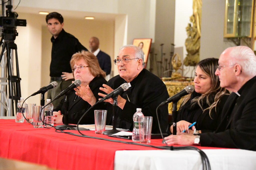 Mons. DiMarzio sostiene diálogo con los fieles sobre abuso sexual en la iglesia