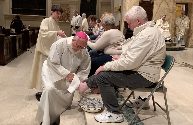 Mons. DiMarzio lava pies de 12 católicos, incluida víctima de abuso sexual, el Jueves Santo