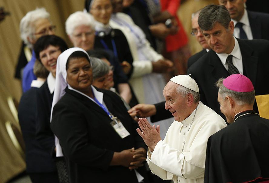 Papa dice a religiosas que sean 'servidoras', no 'sirvientas'