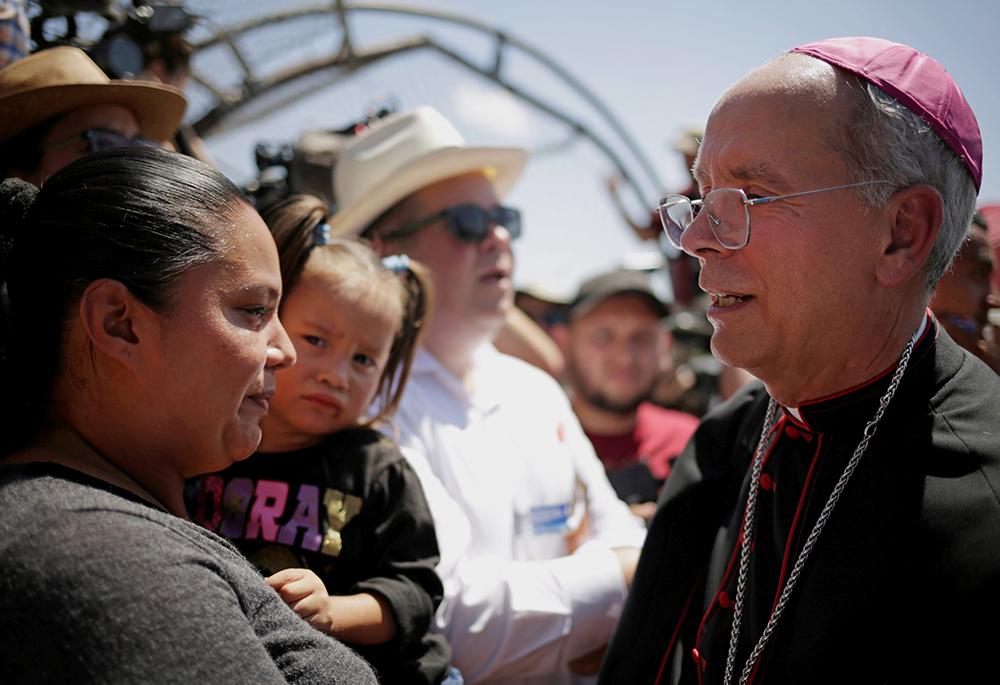 Obispo estadounidense escolta a emigrantes a través de la frontera