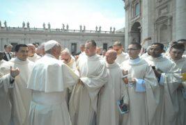 Ks Przemysław Lech junto al Papa Francisco y otros sacerdotes