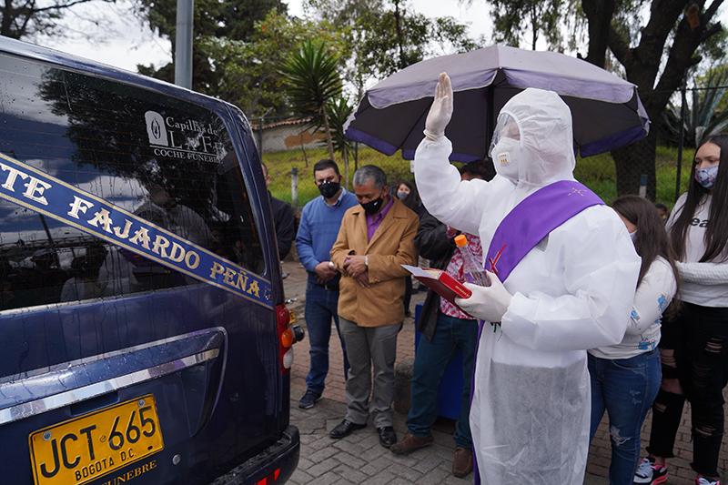 'Traumática forma de decir adiós': Funerales en carreteras de Colombia