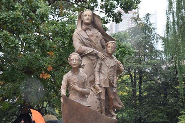 Artistas comparten anécdotas sobre la creación de la estatua de Madre Cabrini