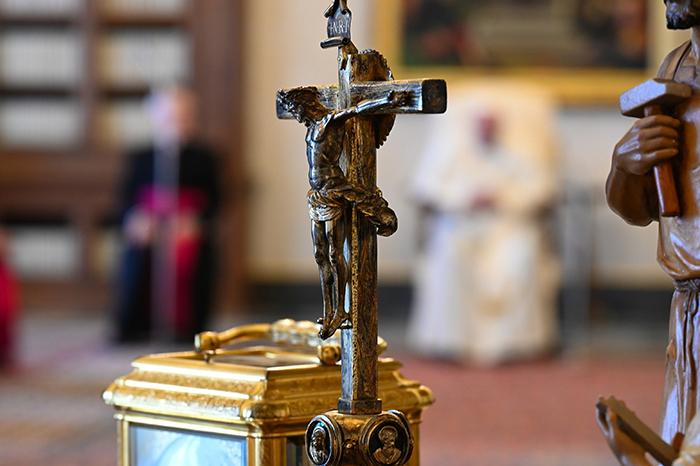 Papa: La fe no se refuerza con dinero, poder o medios, solo con la oración