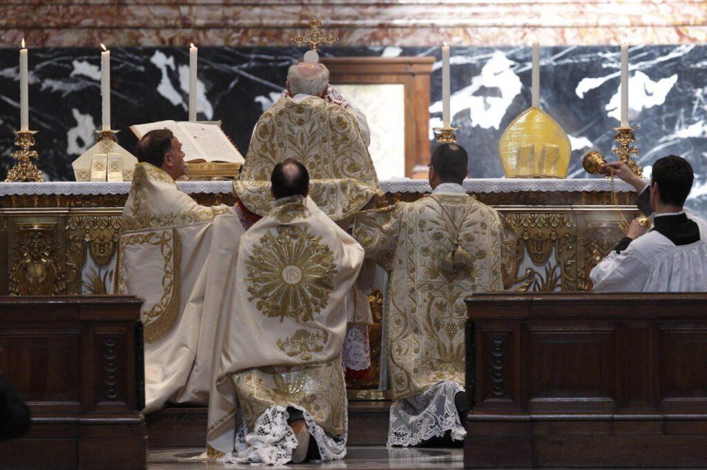 Apelando a la necesidad de unidad, el Papa restablece los límites a la Misa Tridentina