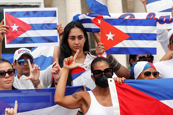 Mientras el Papa Francisco oraba por Cuba, los cubanos que lo escuchaban expresaban angustia